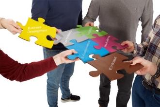 Puzzleteile, die die Ausbildung bei baumarkt direkt darstellen, werden aneinandergehalten.
