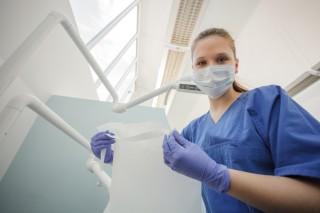 Medizinisch-technische Radiologieassistentin bei der Arbeit