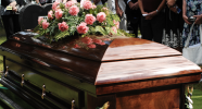 Bestatter müssen bei Beerdigungen mitwirken