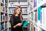 Auszubildende in der Bibliothek